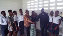 Fonds de solidarité - Caritas Congo Asbl  en RDC : remise d'habits aux jeunes filles vulnérables du Centre AED Elikya à Kinshasa