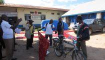 Kasaï Central : la Caritas Kananga offre des tôles pour le réaménagement de deux Centres de Santé