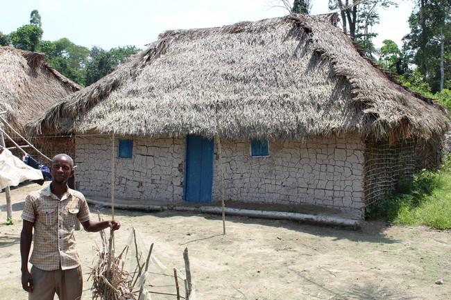 Mr Jean-Pierre Lokango devant sa maison